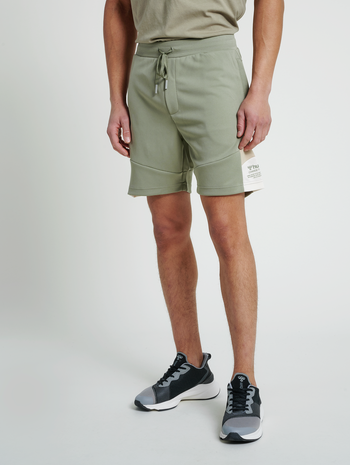 hmlALEC SHORTS, VETIVER, model