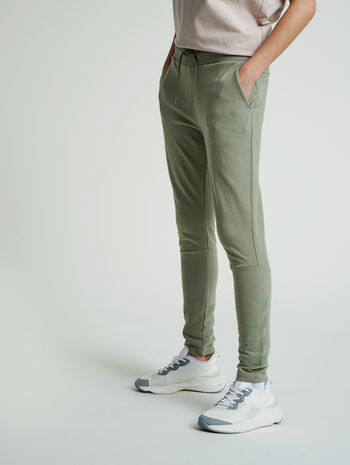 hmlNONI TAPERED PANTS, VETIVER, model