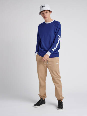 hmlBAY T-SHIRT L/S, MAZARINE BLUE, model
