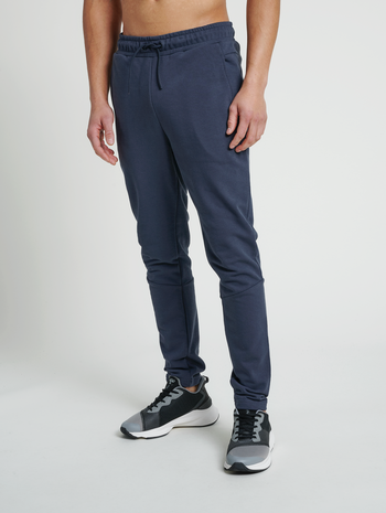 hmlISAM TAPERED PANTS, BLUE NIGHTS, model