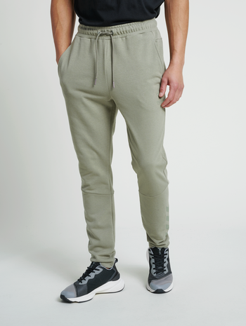 hmlISAM TAPERED PANTS, VETIVER, model