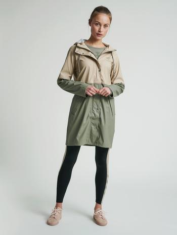 hmlJADE RAIN COAT, HUMUS, model